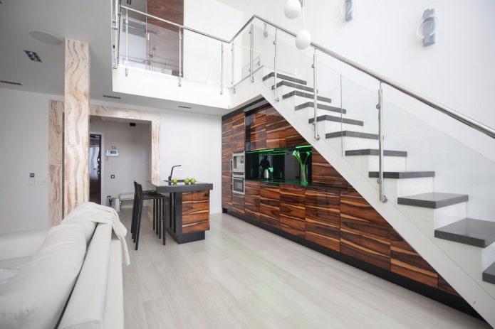 cuisine moderne intégrée dans la volée des escaliers