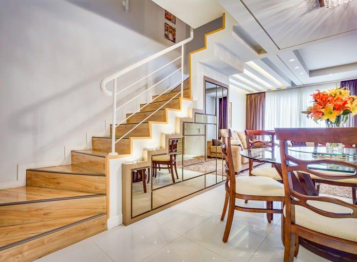 décoration des escaliers avec un miroir