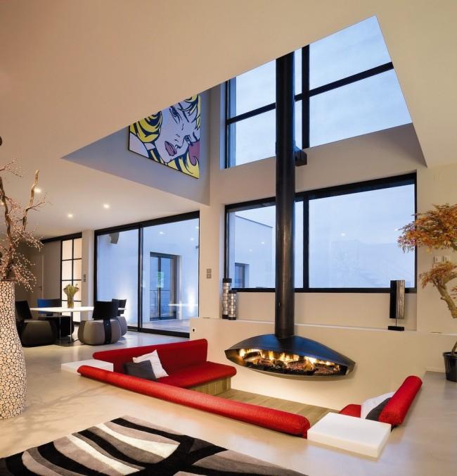 Cheminée extravagante et canapé rouge dans un salon moderne