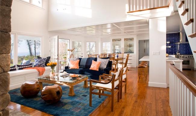 Les meubles blancs et marron maintiennent la couleur générale du salon