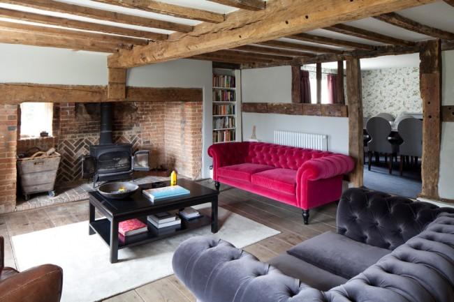 La brique et les tuiles dans la zone de la cheminée sont bonnes pour une maison de campagne