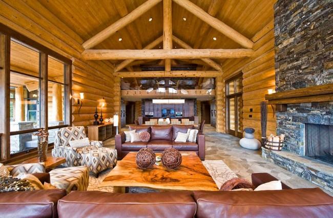 Bois, pierre et cuir à l'intérieur du salon d'une maison de campagne