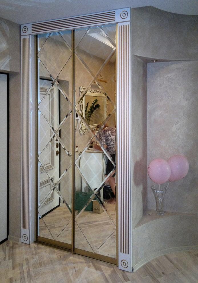 miroir biseauté intégré à l'armoire à l'intérieur