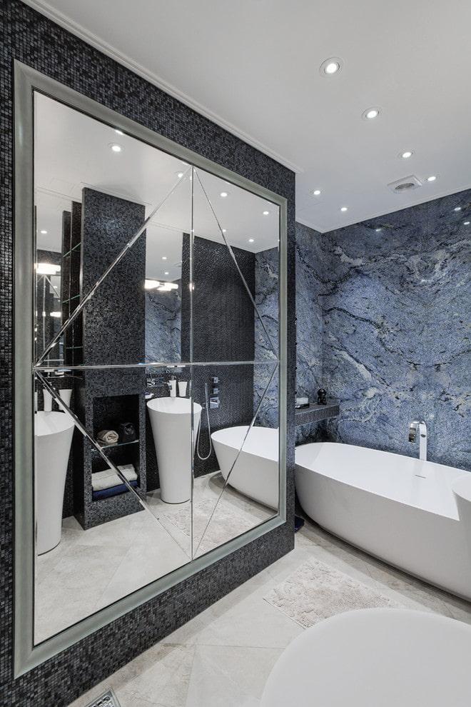 miroir à facettes à l'intérieur de la salle de bain
