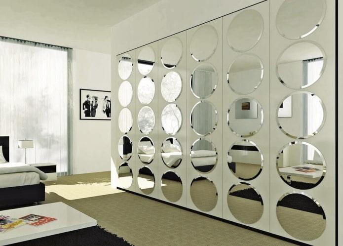 miroirs ronds à facettes à l'intérieur