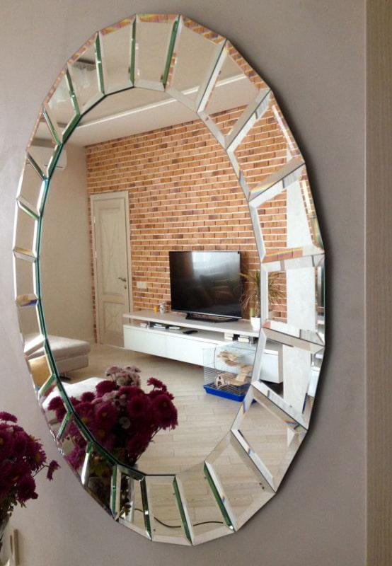 miroir ovale à facettes à l'intérieur