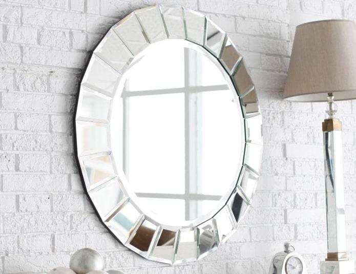 miroir rond à facettes à l'intérieur