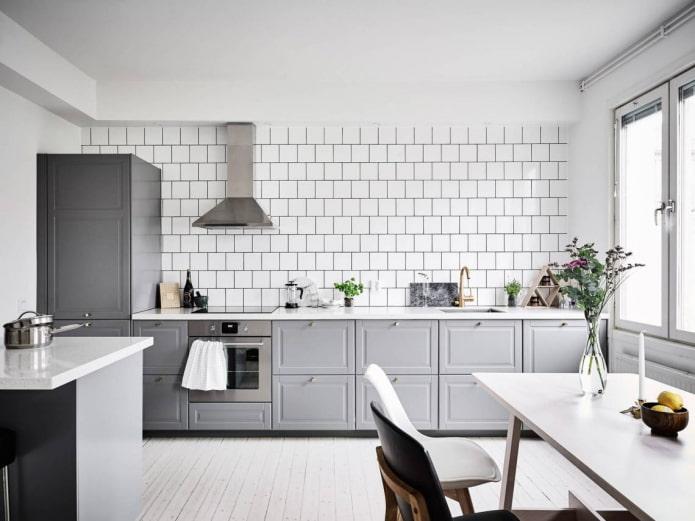 murs blancs à l'intérieur de la cuisine