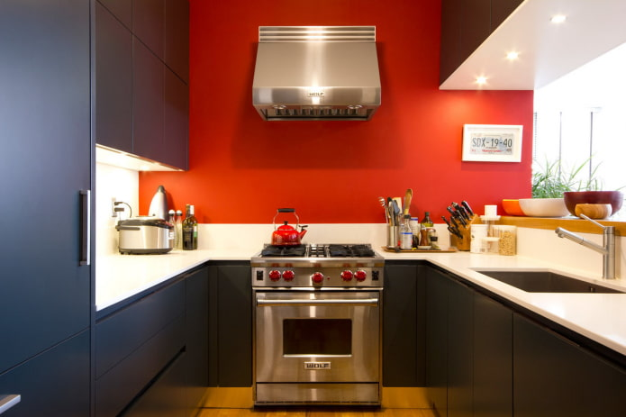 murs rouges à l'intérieur de la cuisine