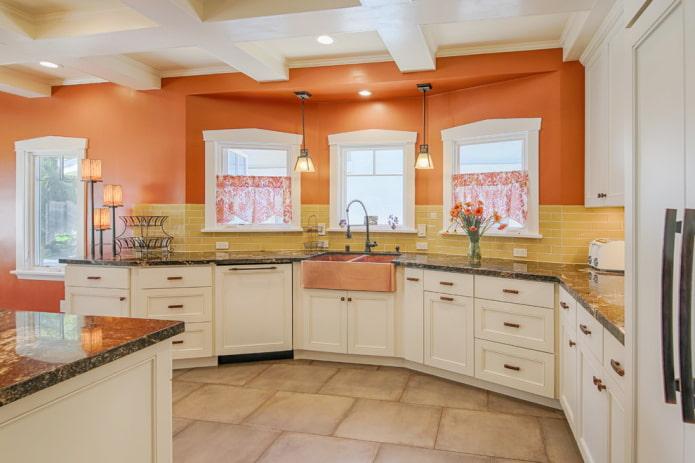 murs orange à l'intérieur de la cuisine