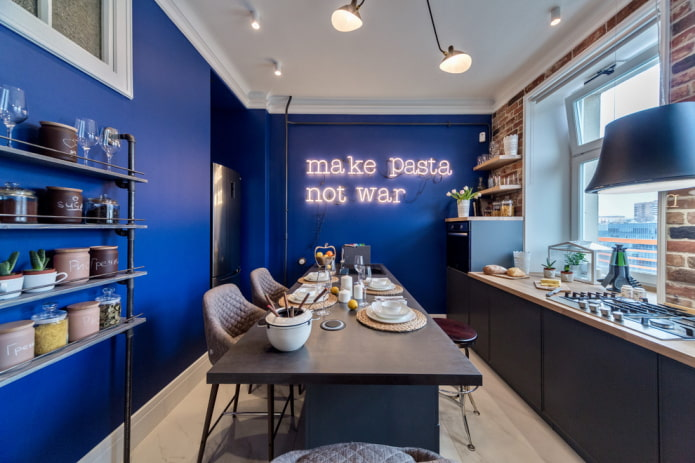 murs bleus à l'intérieur de la cuisine