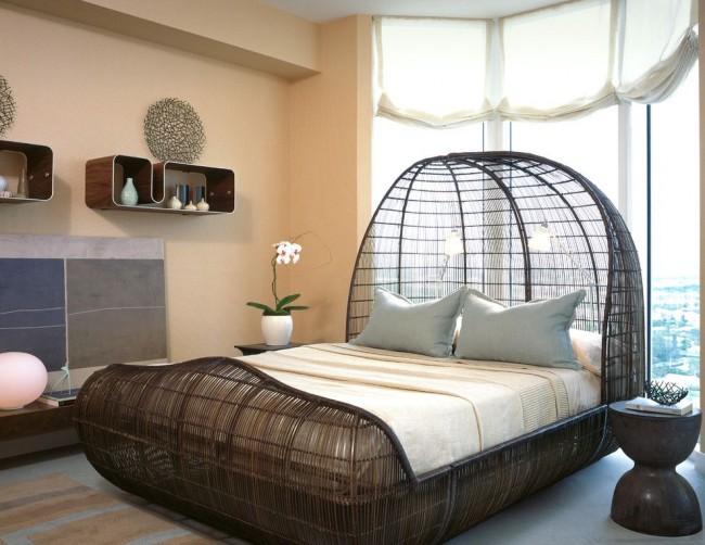 Le design inhabituel du lit rend la pièce plus intéressante