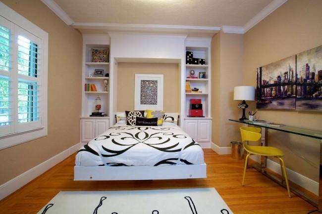 Un lit qui se cache dans une niche aidera à agrandir l'espace dans la chambre.