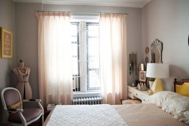 Les tons rose pâle rehaussent et illuminent une petite chambre