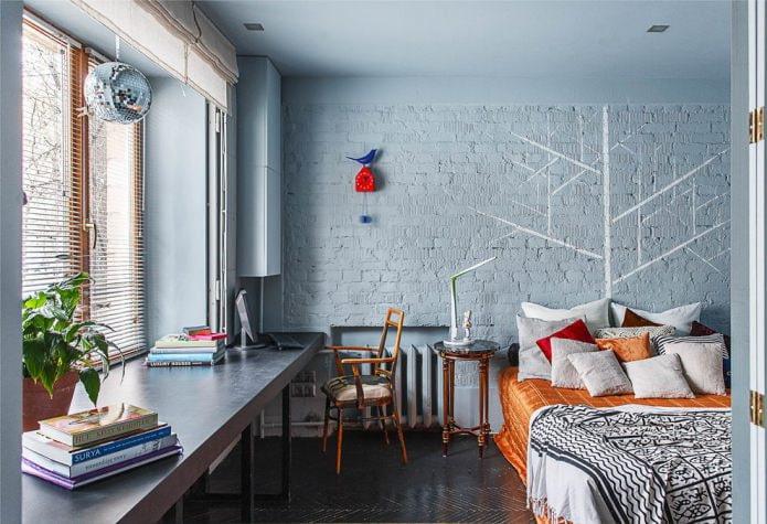 chambre avec mur de briques peintes