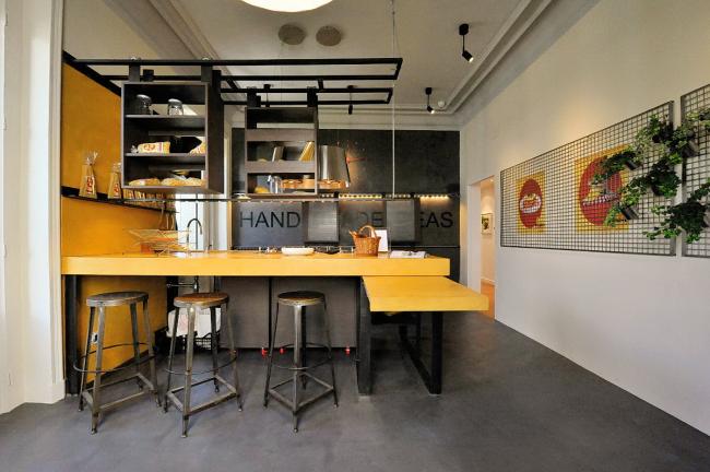 Jaune discret et graphite dans une cuisine industrielle