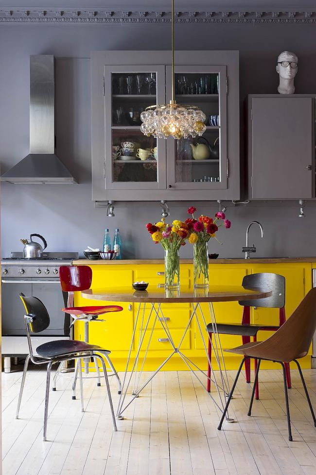 Les meubles jaunes rafraîchissent parfaitement l'environnement général