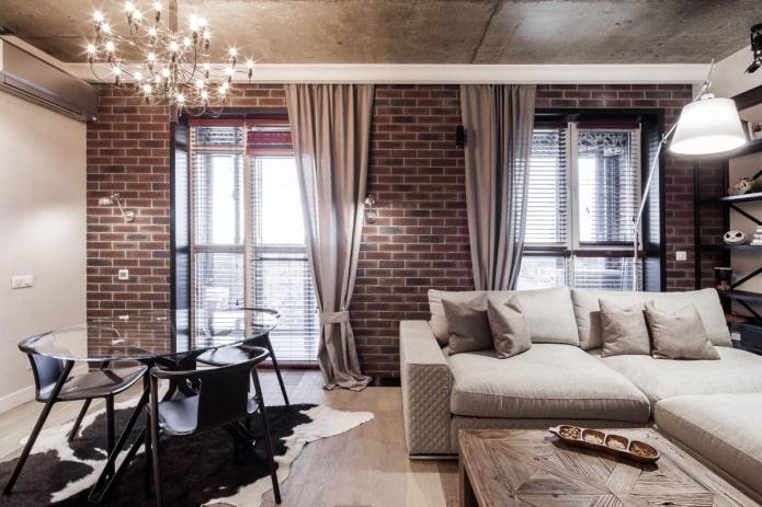 longs rideaux dans le salon de style loft