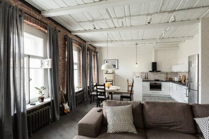rideaux sur les charnières dans le salon dans le style loft