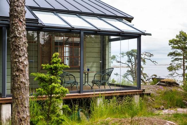 Le vitrage de la terrasse vous protégera des intempéries et des insectes gênants