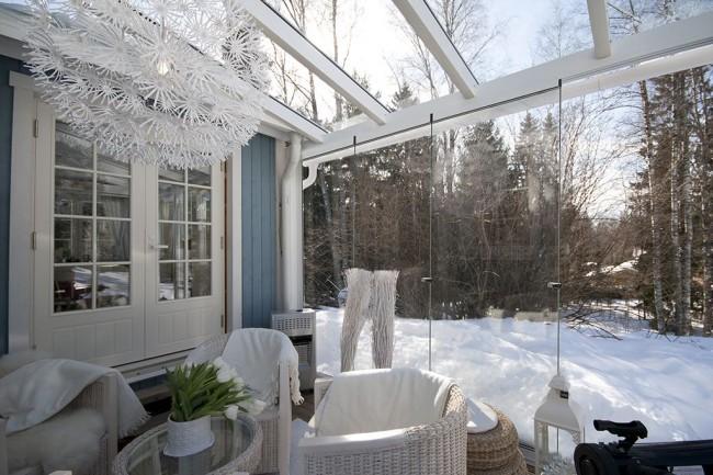 Une chaleureuse terrasse vitrée vous permettra de passer un bon moment même en hiver.