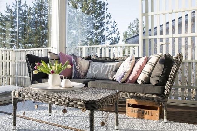 Terrasse avec vitrage sans cadre lumineux et efficace