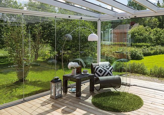 Une terrasse avec vitrage panoramique vous permettra de vous fondre dans la nature, mais en même temps d'être protégé de ses mauvaises surprises