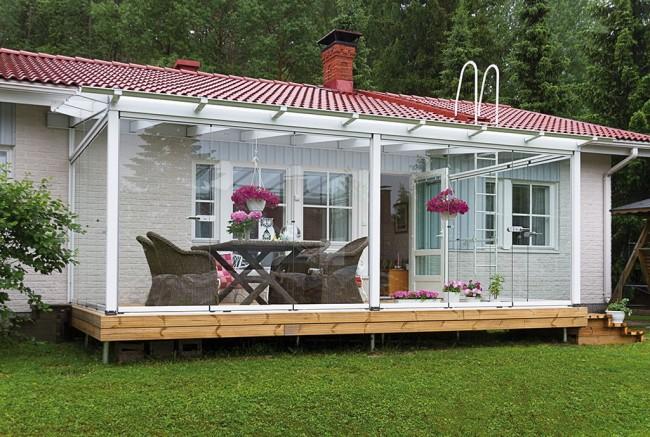 Une terrasse avec vitrage sans cadre permet d'admirer la nature au maximum