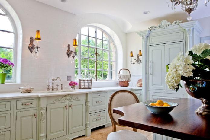 fenêtre en forme d'arc à l'intérieur de la cuisine