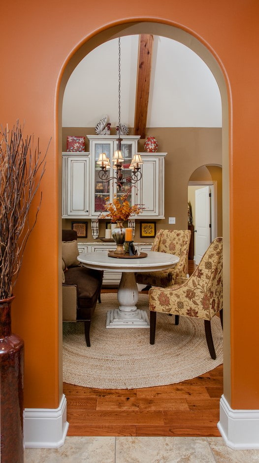 une arche au lieu d'une porte à l'intérieur de la cuisine