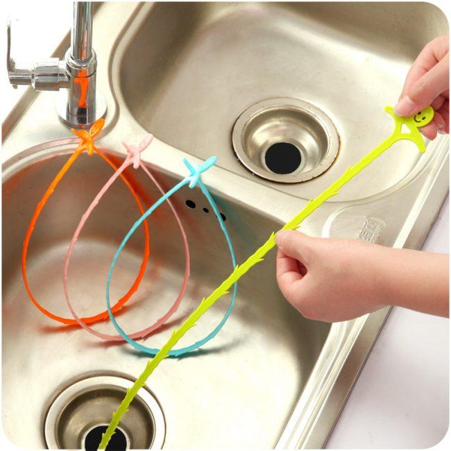 Un dispositif en plastique pour éliminer un blocage des tuyaux appelé