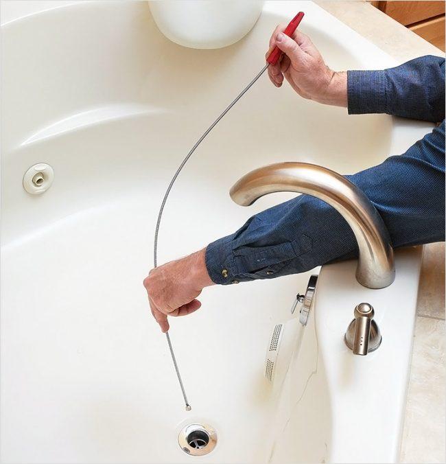 Comment nettoyer un blocage dans une salle de bain : un câble de plomberie est un fil tendu en forme de spirale