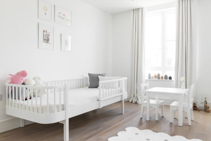 rideaux aux murs blancs