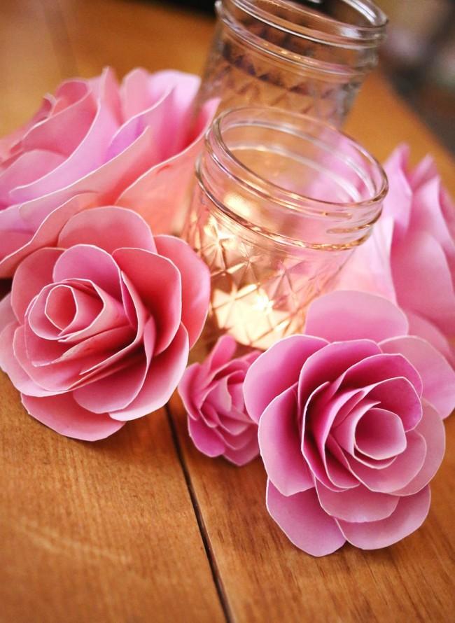 En utilisant des fleurs en papier, vous pouvez décorer efficacement le chandelier