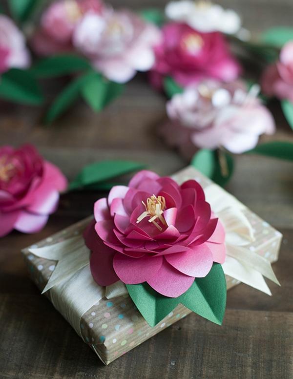 Décorer un cadeau avec des fleurs faites à la main