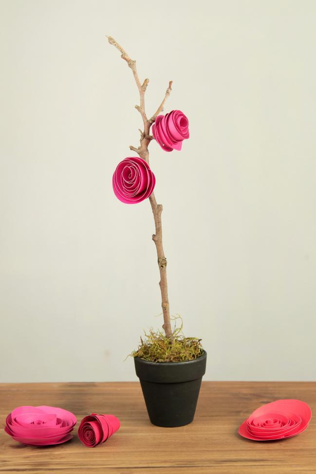 Un moyen facile de créer une décoration pour la maison - des roses en papier sur une branche sèche