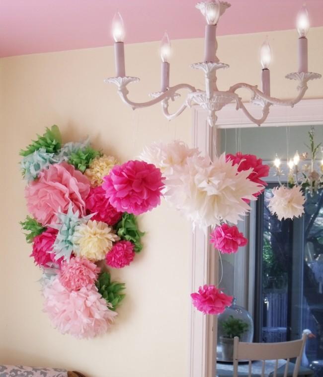 En utilisant du papier ondulé, vous pouvez créer d'énormes fleurs pour le décor de vacances