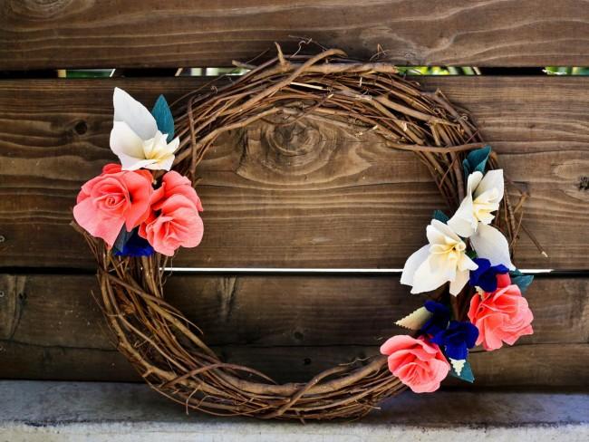 Décoration élégante - une couronne de branches, décorée de fleurs faites à la main