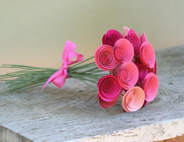 Beau bouquet de roses faites à la main délicates