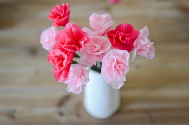 Roses en papier ondulé soignées