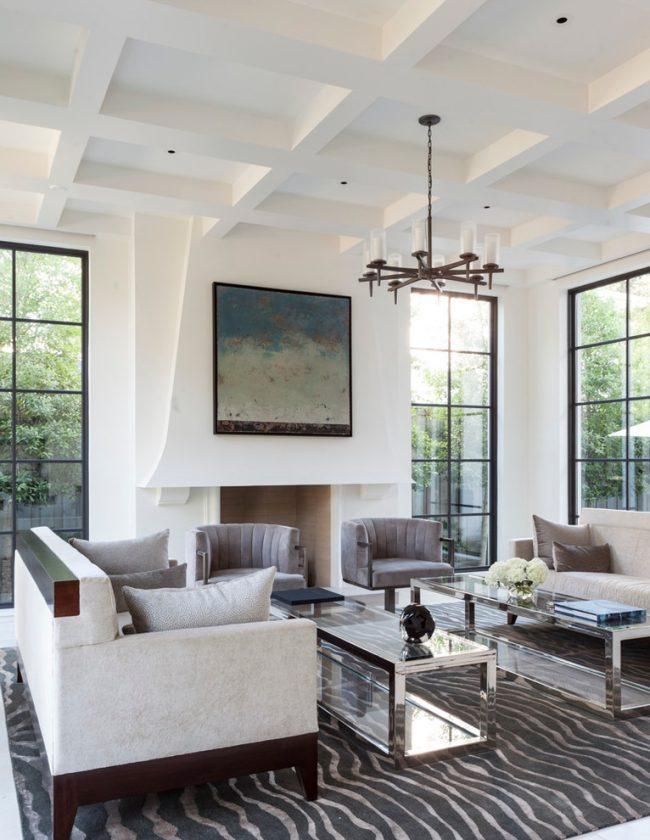 Salon élégant en blanc avec de hauts plafonds