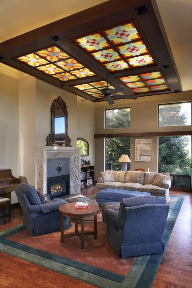 Une combinaison intéressante de caissons et de vitraux dans la conception du plafond