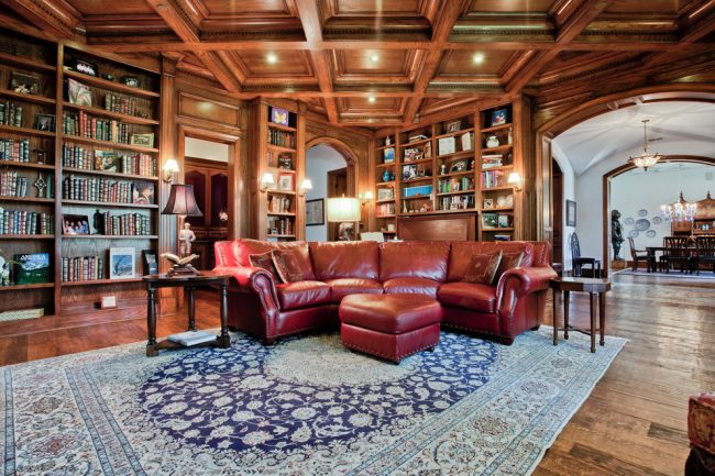 Plafonds en bois à caissons luxueux à l'intérieur du salon