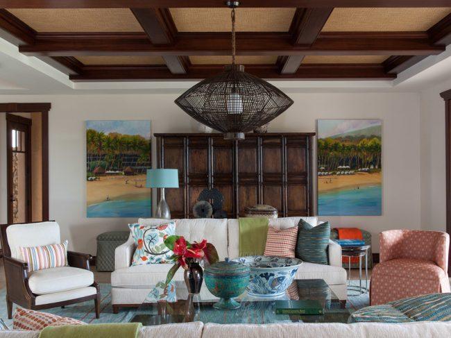 Salon confortable avec plafond à caissons classique