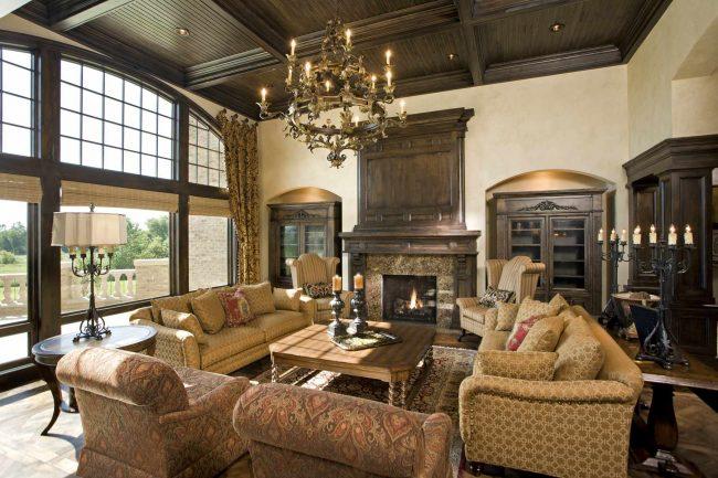 Belle combinaison de plafond à caissons et lustre luxueux