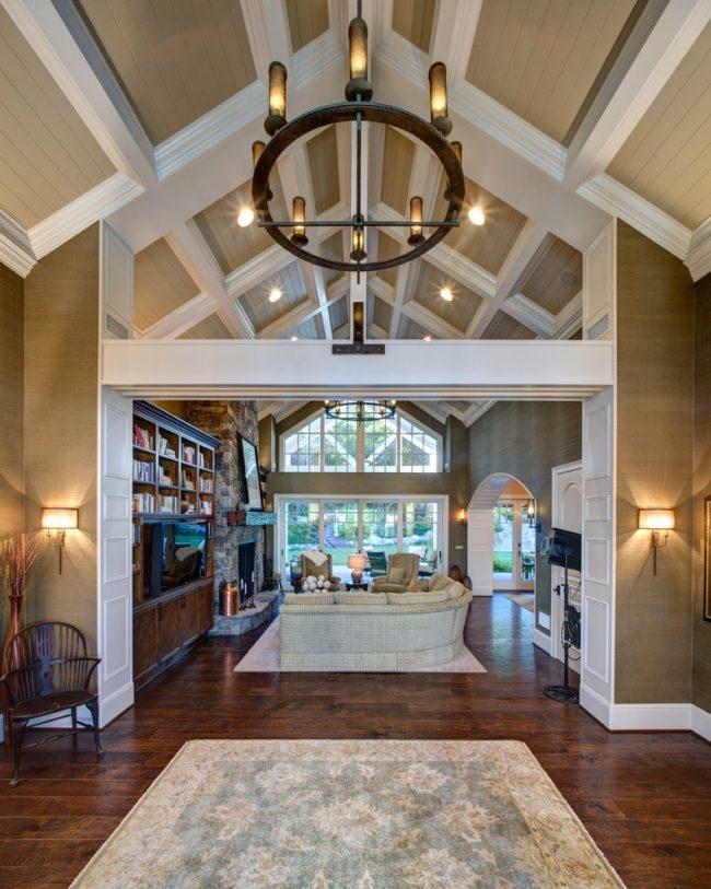 Bien que le plafond à caissons soit apparu il y a longtemps, il ne fait que commencer à gagner en popularité dans la décoration d'intérieur.