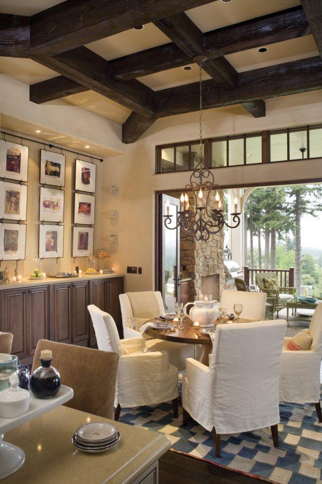 Style provençal à l'intérieur de la salle à manger