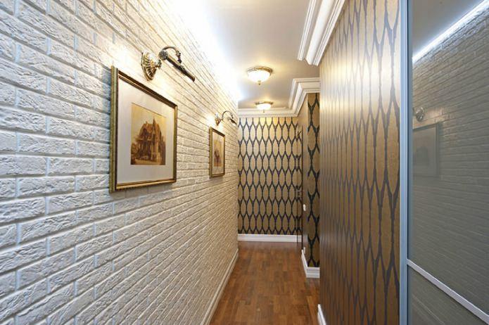 Papier peint sous une brique dans le couloir