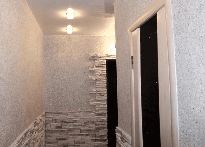 Papier peint liquide et pierre dans le couloir