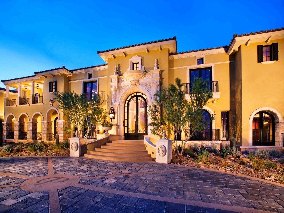 Une porte vitrée luxueuse enveloppée de métal forgé peut donner de l'individualité à la structure.